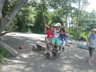 ハイジのブランコで遊ぶ子ども